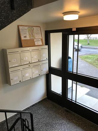 Inngangsparti med nye postkasser tilpasset dagens standard