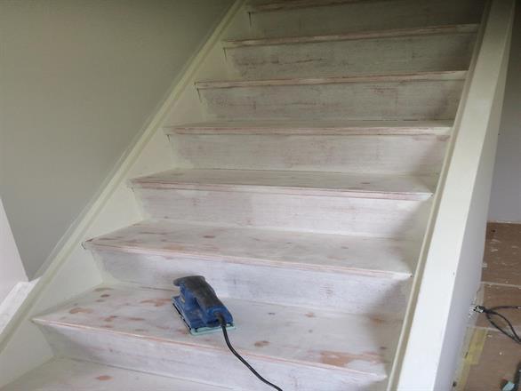 Vi pusser opp to etasjer i hus, her mattsliping av trapp - Januar/Februar 2014