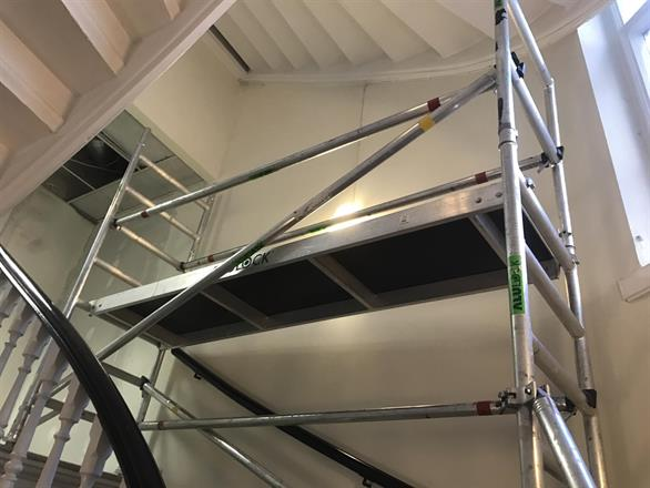 Enkel tilgang når undersiden av trapp/øvre del vegg, skal males opp