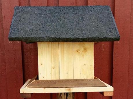 Hemmagjort fågelhus med takpapp