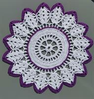 Heklet stjerneduk i hvit og lilla