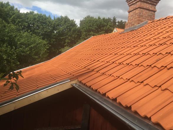 Omläggning av tak. Vittinge tvåkupig takpanna. Detalj takmöte.
