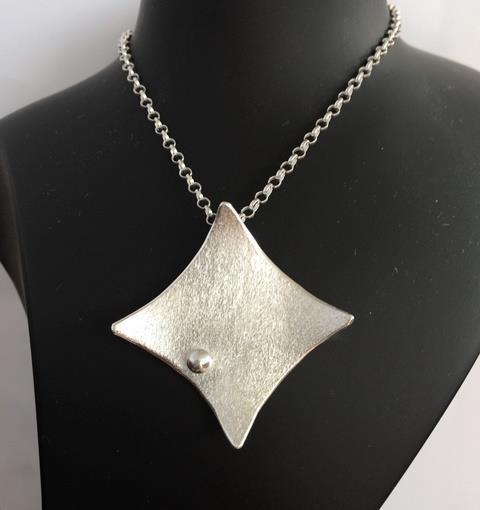 Halsmycke i silver med matterad yta och silverkula.