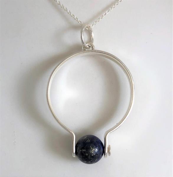 Halssmycke i silver med lapis lazuli