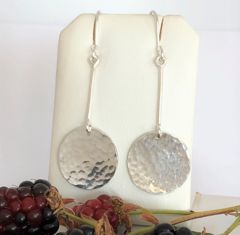 Örhängen i silver med rondeller med bankat mönter.