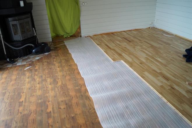 Halva golvet är lagt.