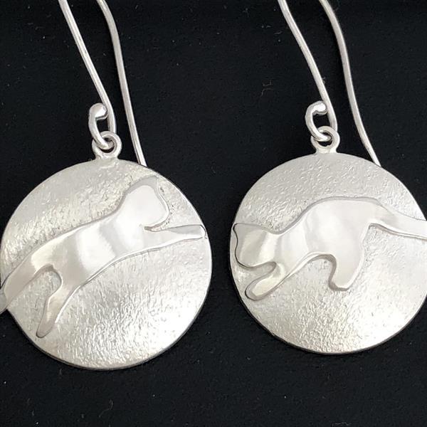 Silverörhängen med unika katter på matt botten.