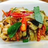 7. Phad Kaphao : Wokad kycklingfilé med färskchili, starkbasilika och grönsaker. Stark***, ris ingår.
