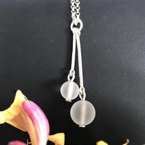Halssmycke i silver med frostade bergskristaller.