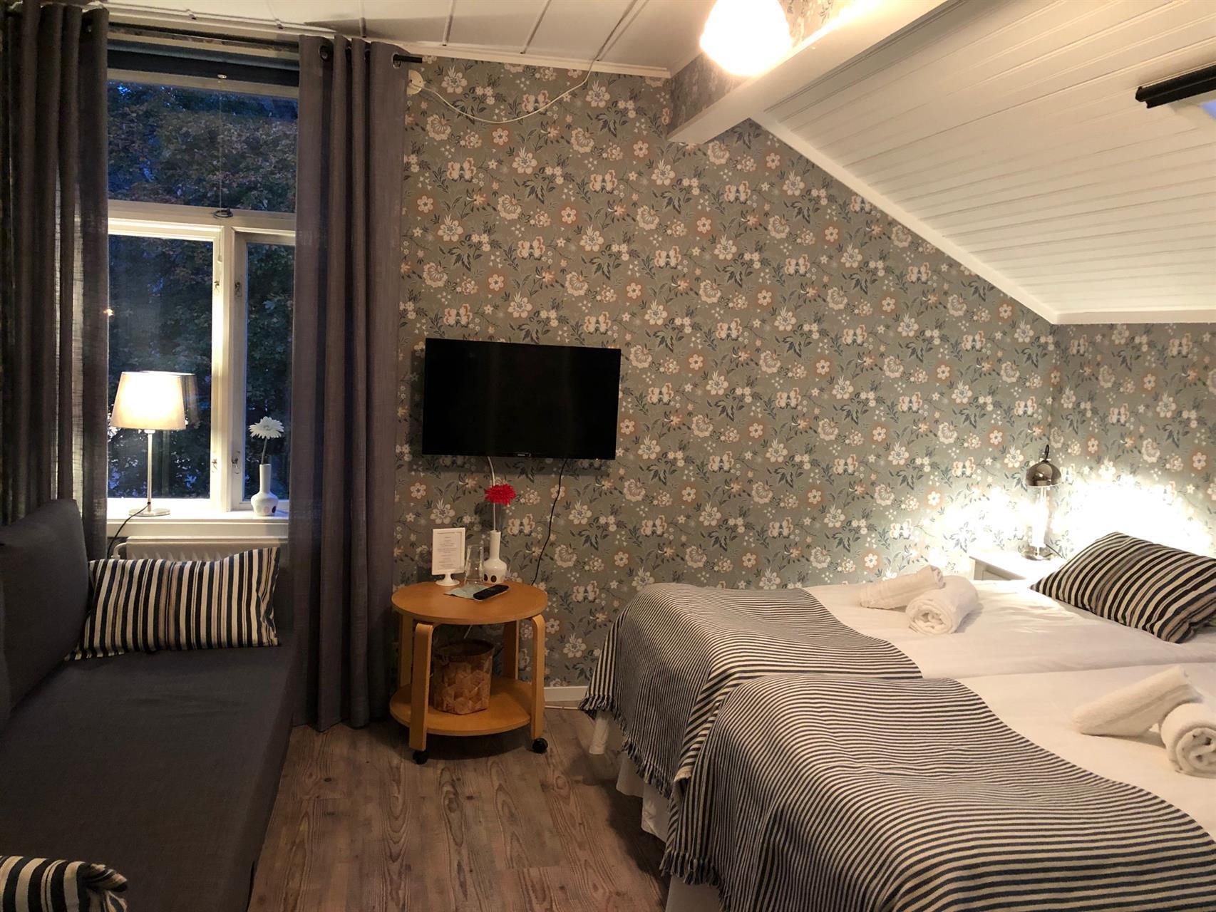Rum 4, med två st 90 cm sängar & bäddsoffa (3-4 bäddsrum) med stor toalett & dusch på rummet.