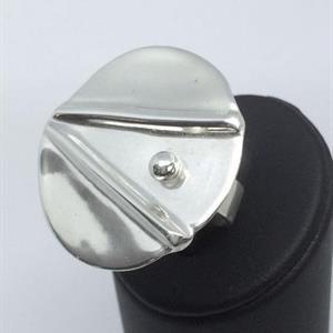 Ställbar ring av silver med mönstrad platta.