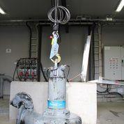Automatkrok för säkra lyft av dränkbara pumpar