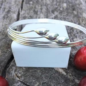 Ställbart silverarmband.