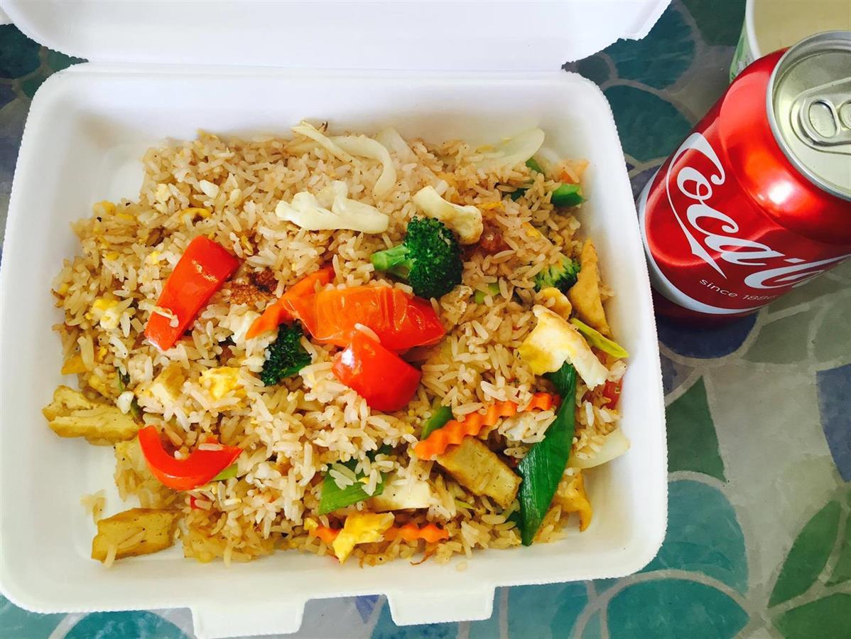 15. Kaow Phad : Wokat ris med kycklingfilé ägg och grönsaker.