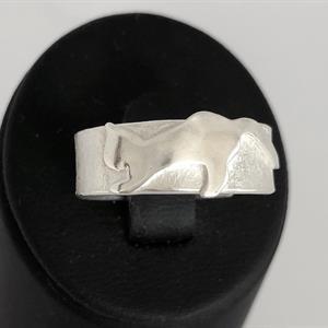 Ring i silver med unikt kattmotiv, ställbar.
