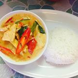 4. Gaeng Daeng : Kycklingfilé med rödcurry, kokosmjölk och grönsaker. Medium stark **, ris ingår.