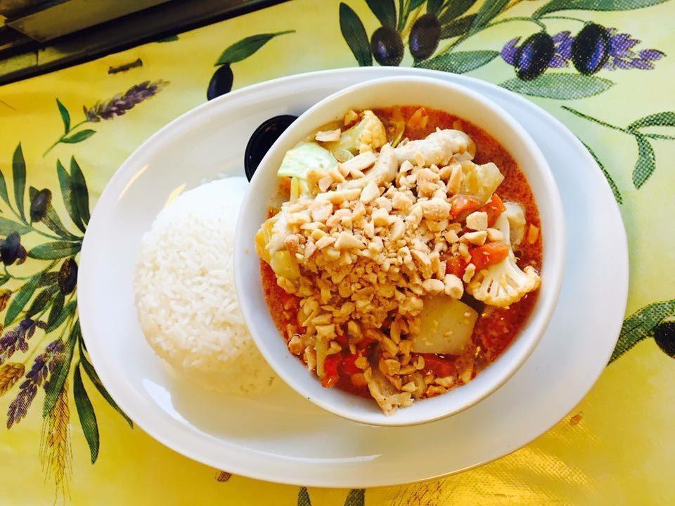 16. Massaman Curry : Kycklingfilé med massamancurry, kokosmjölk, potatis, lök och jordnötter. Lite stark*, ris ingår.