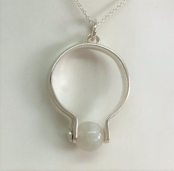 Halssmycke i silver med månsten.