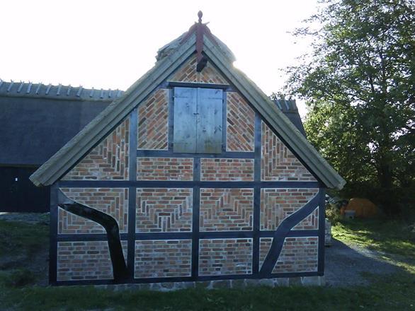 Nybyggnation av garage. Tillbyggnad i korsvirke av Gamlegård Nöbbelöv Simrishamn. Timran av ek.