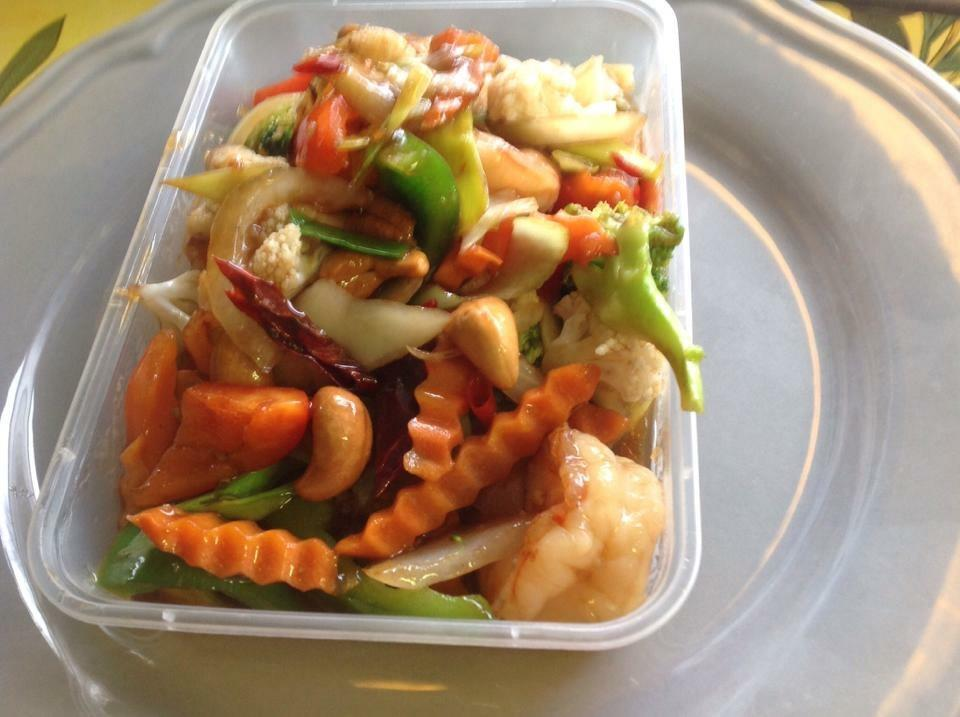 17. Kai Phad Mhed Mamoang : Wokad kycklingfilé med cashewnötter och grönsaker, ris ingår.