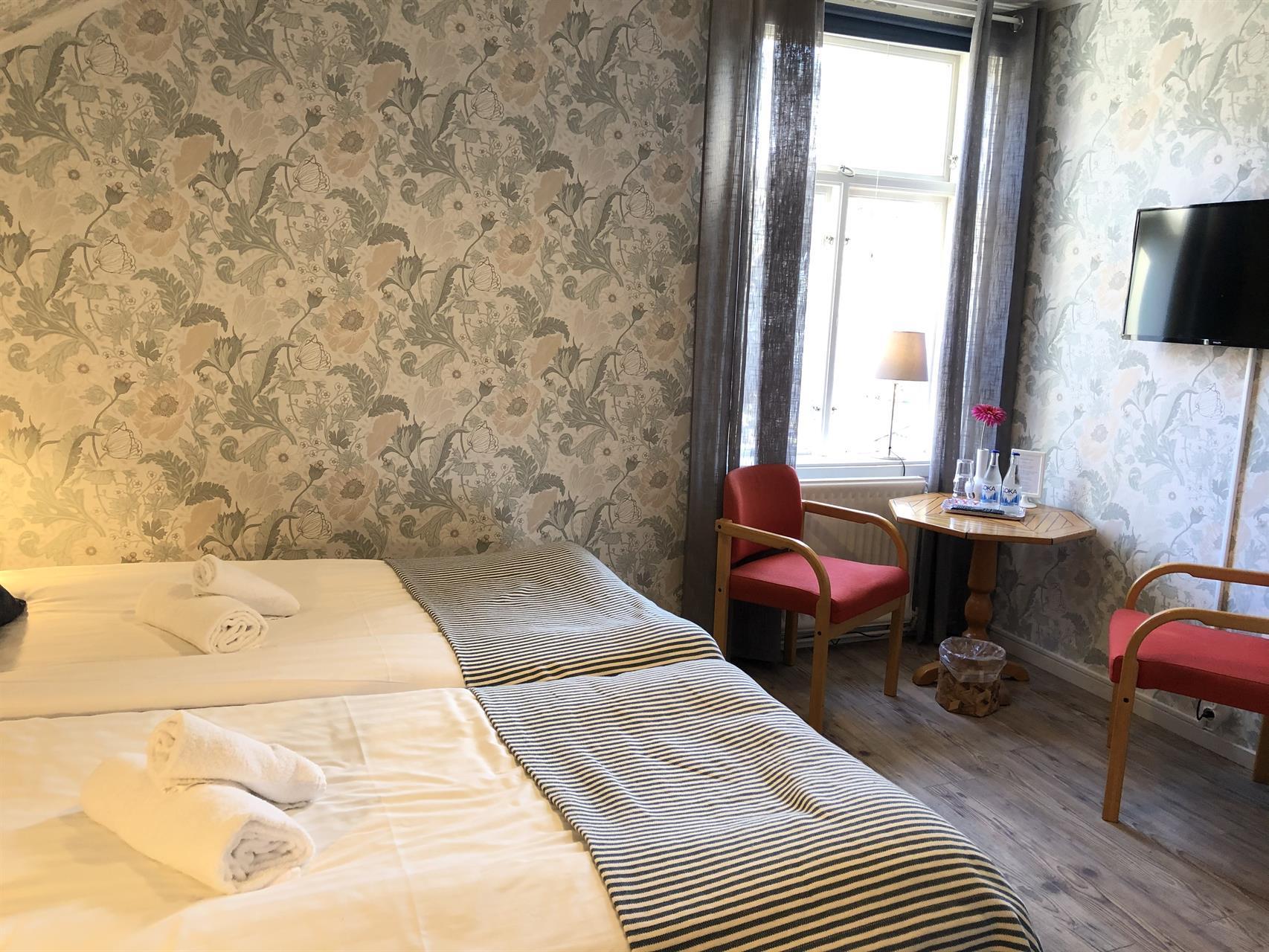 Rum 3. Mysigt rum med 2 st 90 cm sängar, stor toalett & dusch utanför rummet.