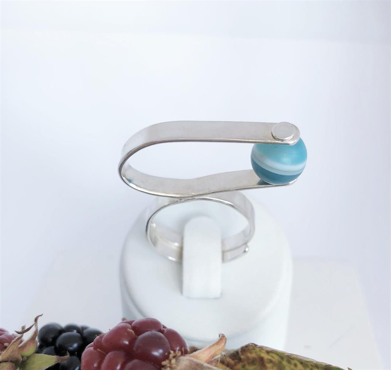 Ställbar ring i silver med agat nätt men tar plats.