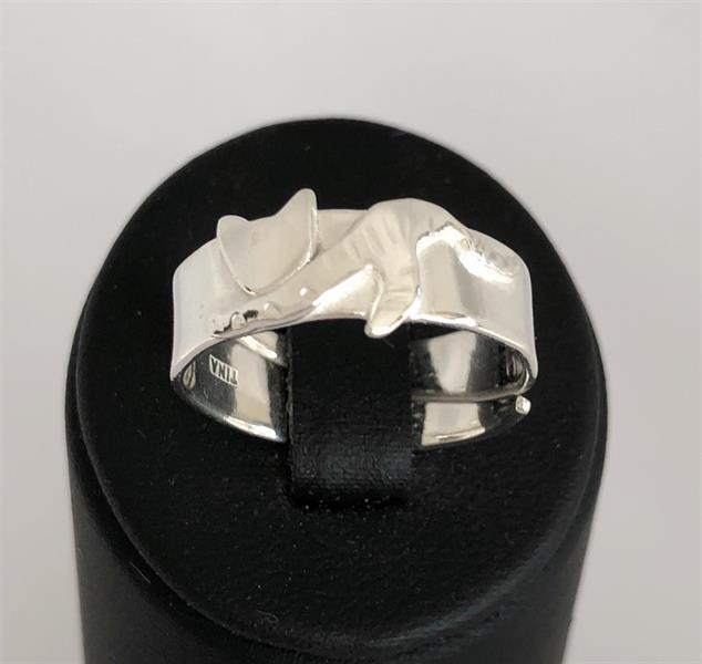 Blank ställbar ring i silver med unikt kattmotiv.