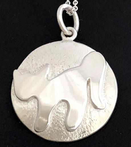 Silversmyck med kattmotiv.
