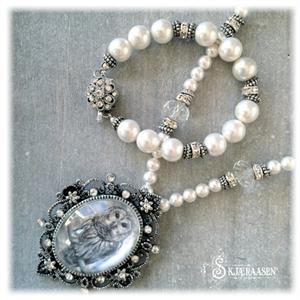 Brosjesmykke med uglebilde og perler