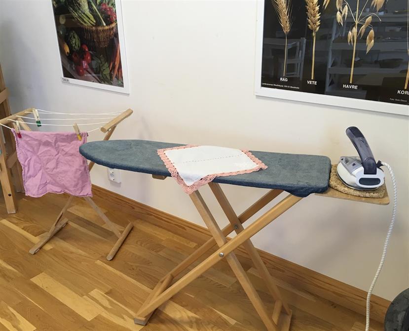 I Montessorimiljön där barnen får lära sig hur man hänger, stryker och viker