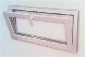 PVC vindu bunnhengslet 59x59 cm