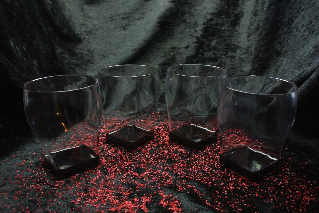 Whiskyglas med svart fot.