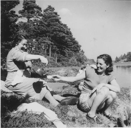 Hulda Granström med svärdotter Alice Granström ca 1953