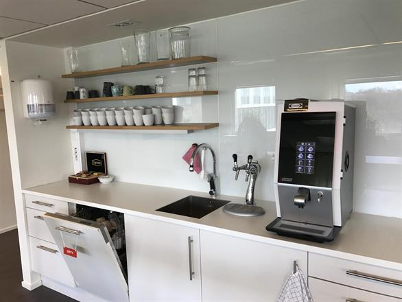 Espressomaskin och inbyggt kolsyrat vatten