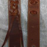 Flätning för fastsättning av stroppar på armésadel mm.