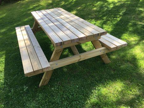 Piknik-benk i impregnert materiale