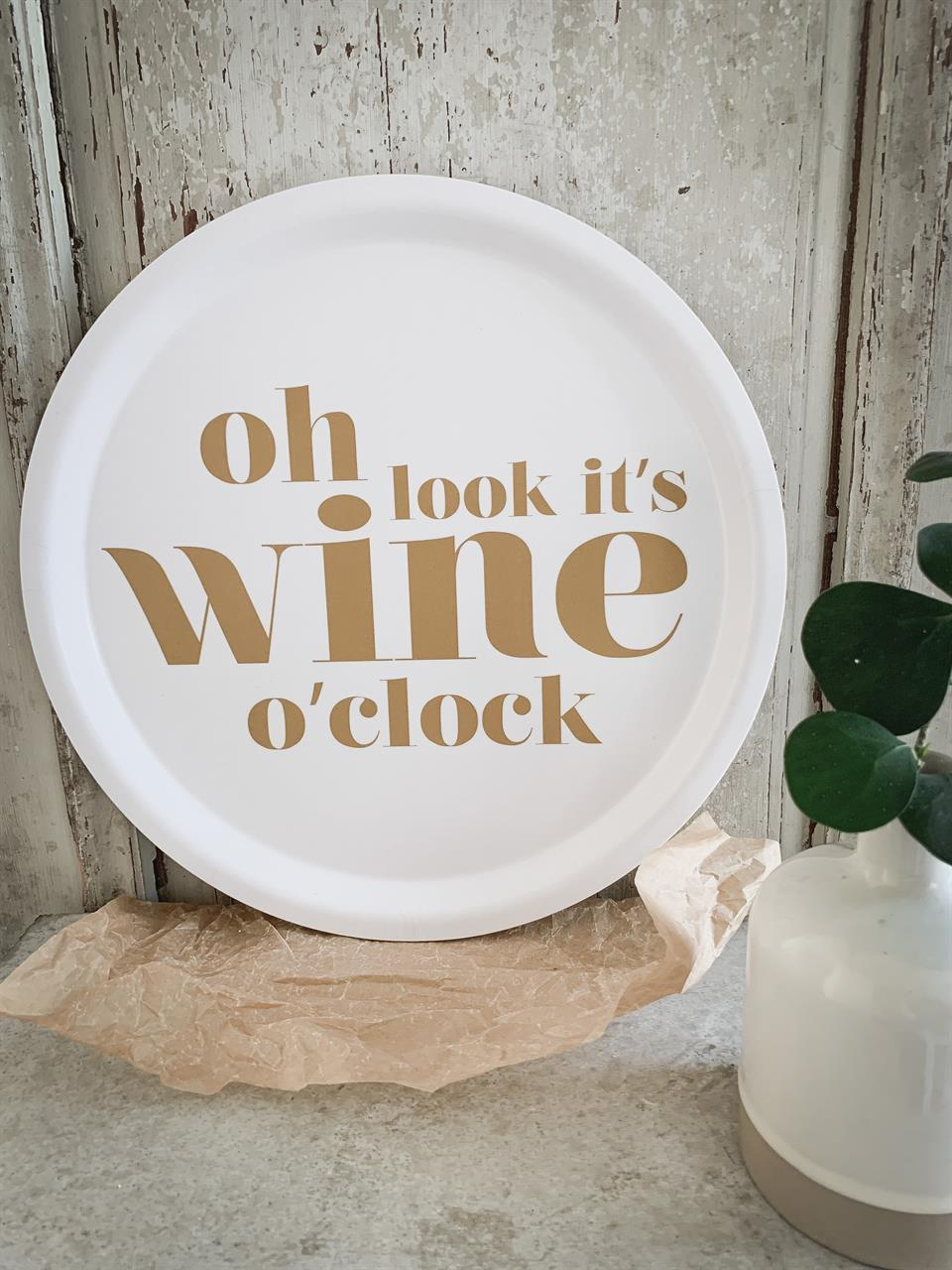Bricka rund 31 cm, Wine o clock, vit/guldtext