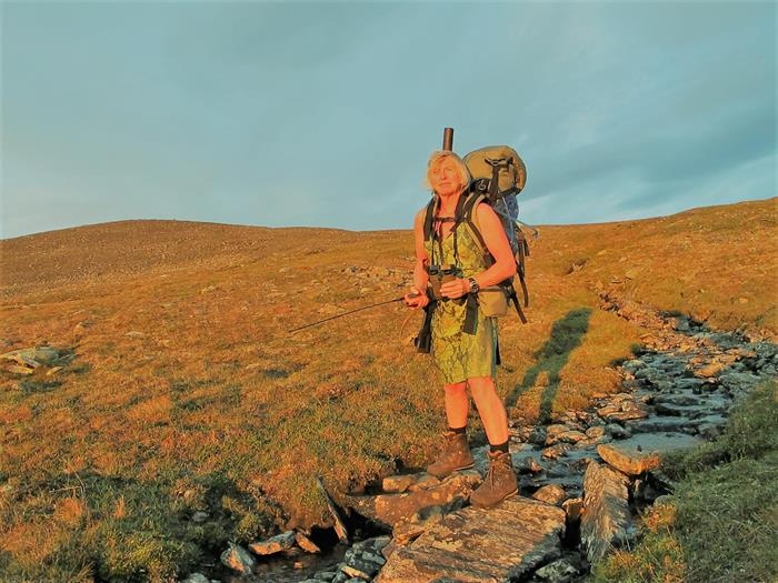 Randi Skaug jakter villrein i kjole og bruker Stone Glacier ryggsekk