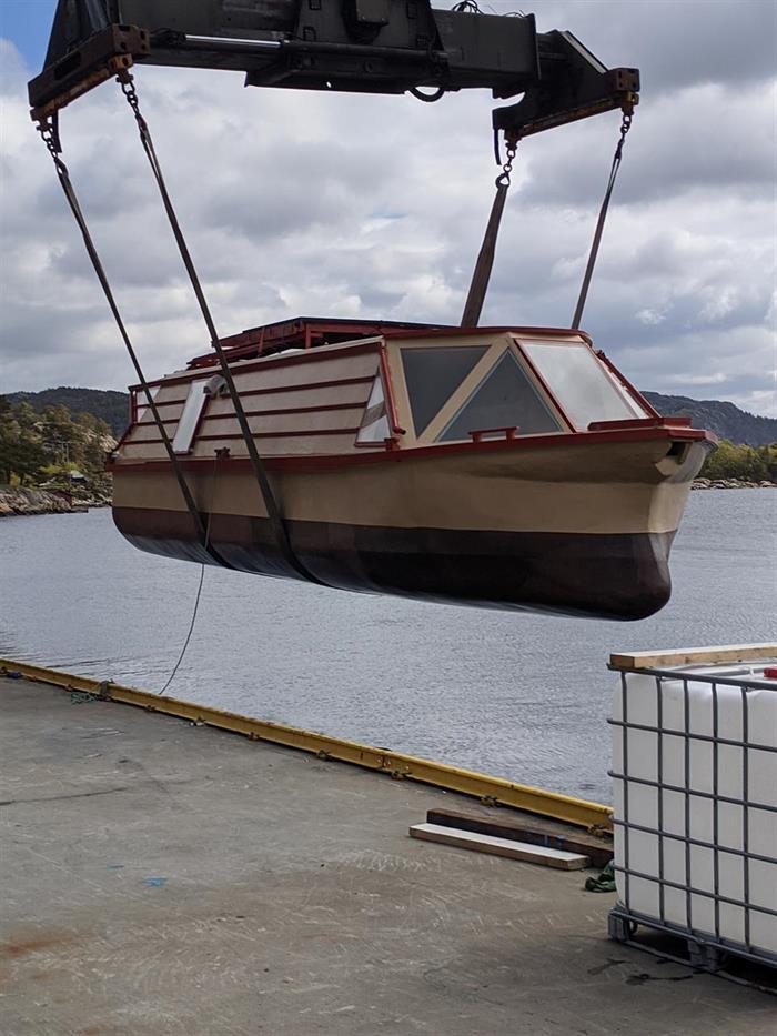 Klar for sjøsetting av selvbygget husbåt fra Bryne på jæren.