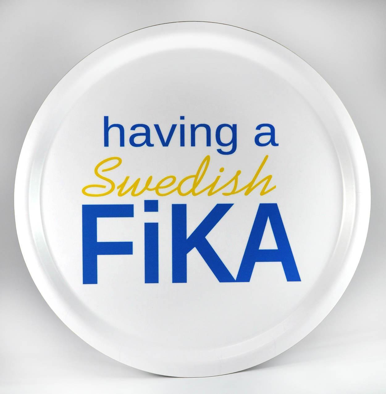 Bricka rund 31 cm, Swedish Fika, vit/blå-gul text
