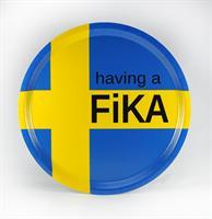 Bricka rund 31 cm, Having a Fika, svenska flaggan