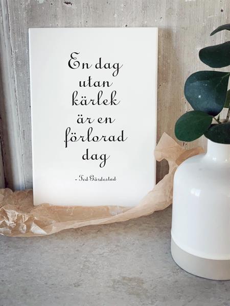Trätavla A5, En dag utan kärlek, vit/svart text