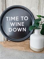 Bricka rund 31 cm, Wine down, svart/ vit text
