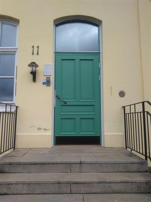 Specialbyggda ytterdörrar till ett k-märkt hus
