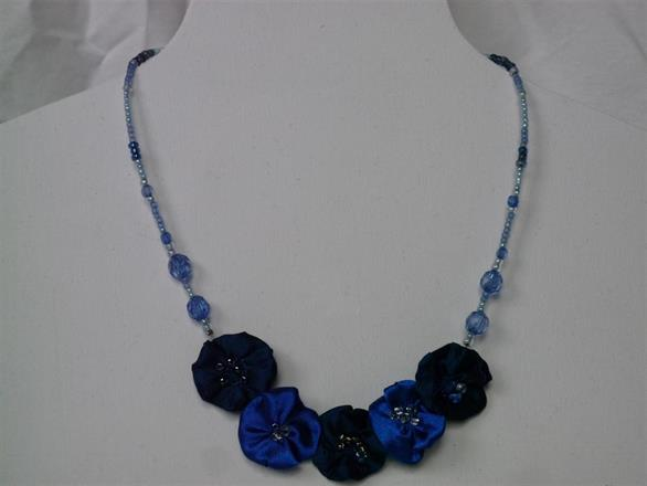 3. Halsband av pärlor och textil