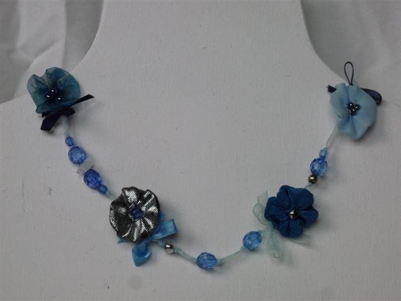 1. Halsband av textil och pärlor