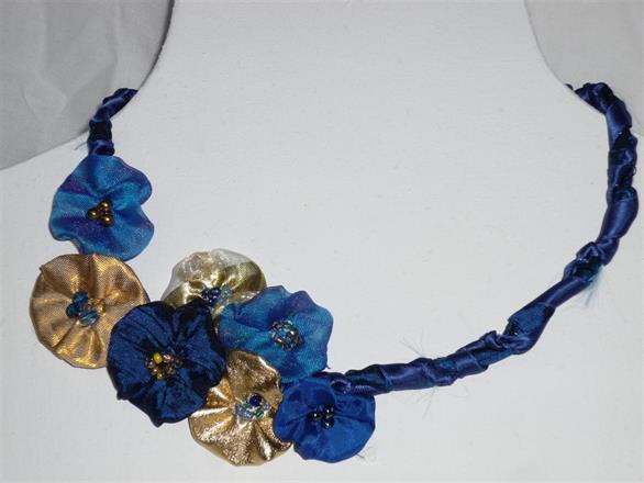 7. Halsband av textil och pärlor