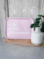 Bricka 27x20 cm, Vi är så bra, rosa/vit text