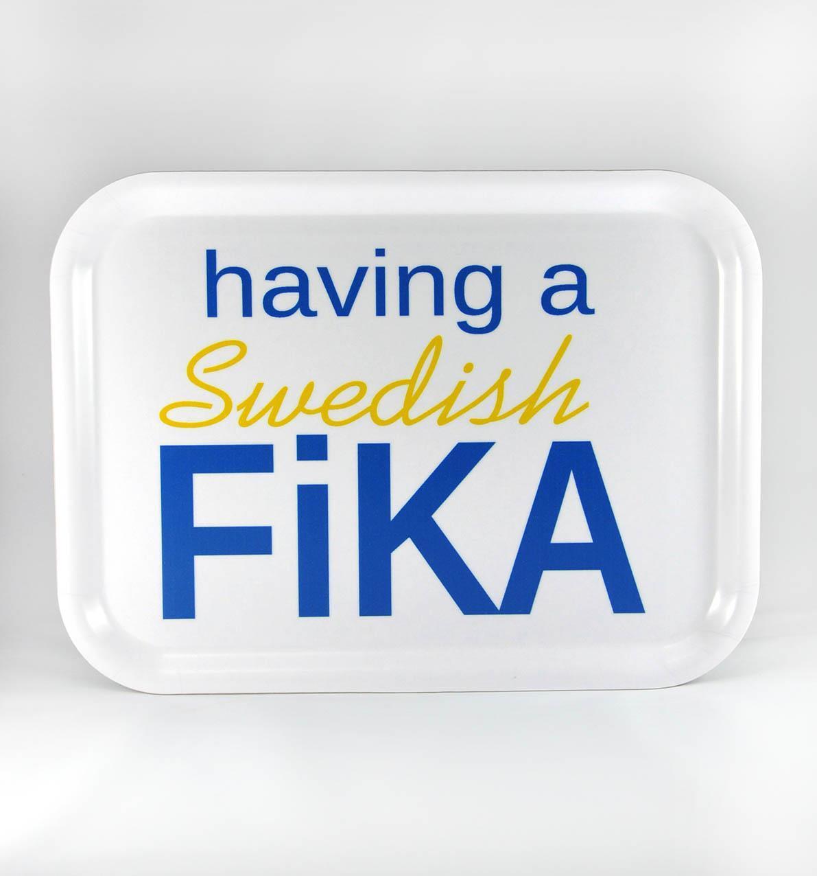 Bricka 27x20 cm, Swedish Fika, vit/blå-gul text