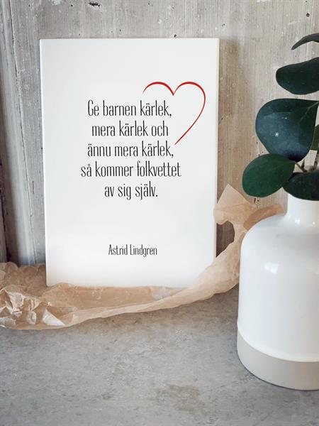 Trätavla A5, Ge barnen kärlek, vit/svart-röd text
